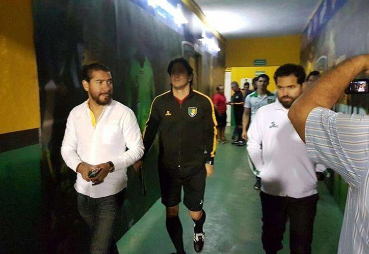 Bruno Marioni (c) en su primer día como entrenador de Venados de Yucatán. (Fotos: Marco Moreno/SIPSE)
