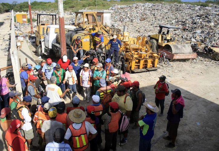 Mario Morán reunió a los recolectores de residuos para presentarse como su nuevo líder sindical. (Harold Alcocer/SIPSE)