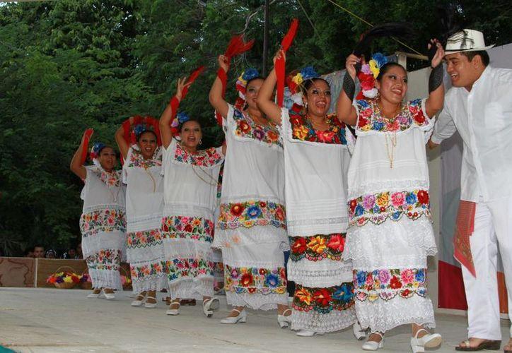 Las estampas regionales combinadas con música moderna fueron uno de los atractivos de la velada. (Manuel Salazar/SIPSE)