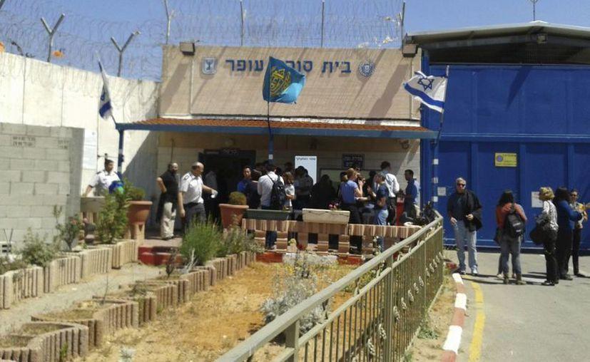 Más de 700 reclusos palestinos están detenidos en este centro de reclusión, próximo a Ramala, el único de Israel en territorio ocupado. (EFE)