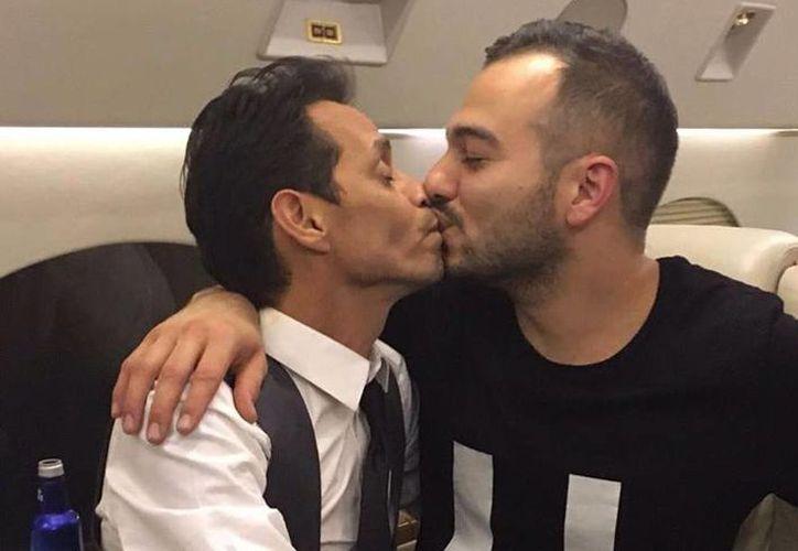 Marc Anthony levanta polémica por beso con otros hombres (video)