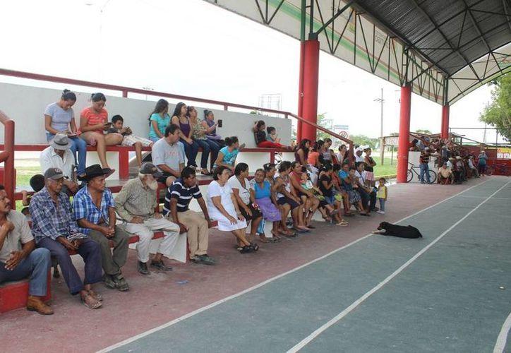 Cerca de un centenar de personas de la comunidad de Xul-Ha se reunieron en el domo del poblado para realizar la petición. (Edgardo Rodríguez/SIPSE)