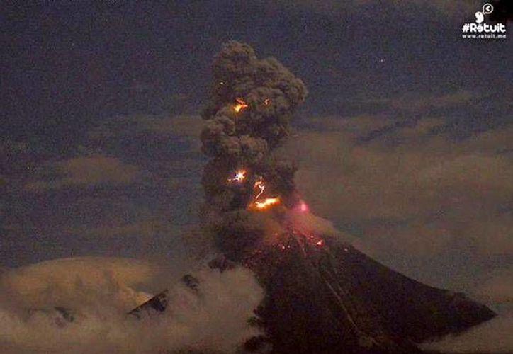 A las 2:25 horas de este miércoles, el coloso lanzó, en medio de una densa nube de cenizas. (webcamsdemexico.com)