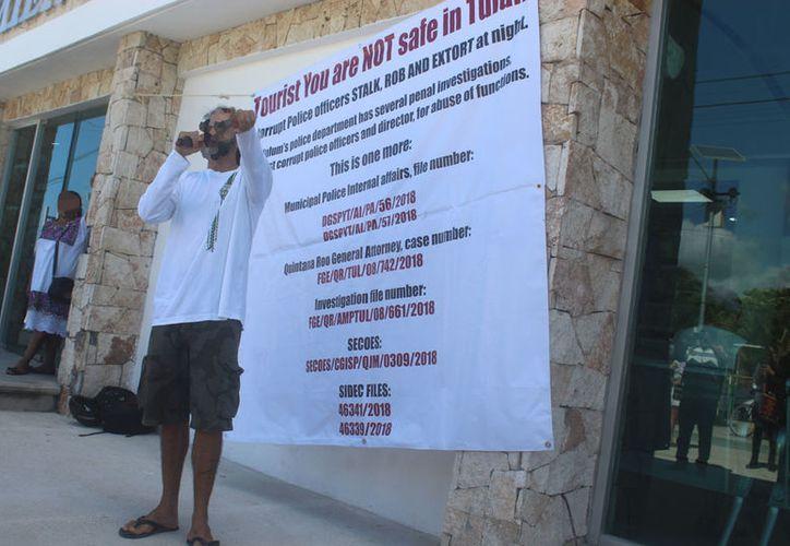 Rafael N se plantó en las afueras de Tesorería municipal para pedir solución a su caso, ocurrido el 2 de agosto. (Sara Cauich/SIPSE)