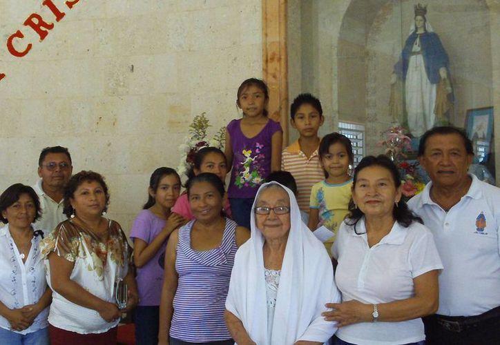 A sus 89 años, doña Leocadia (de lentes) acude religiosamente a los eventos que se realizan en su parroquia. (Manuel Pool/SIPSE)