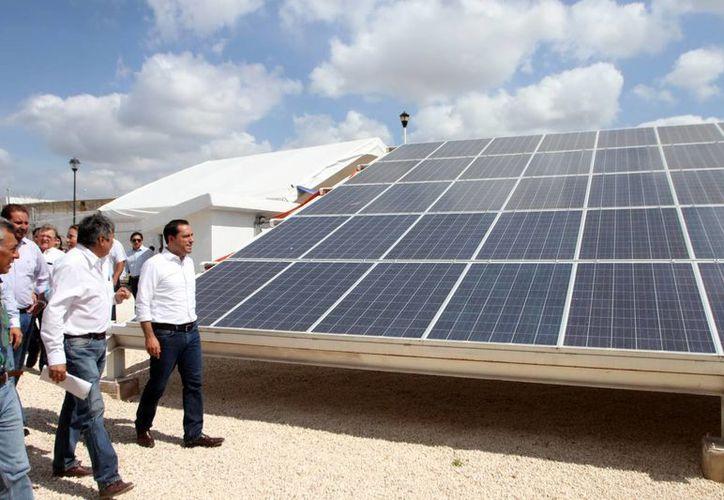 Imagen del alcalde de Mérida, Mauricio Vila, al recorrer el techo del Palacio, el cual usa paneles solares. (Milenio Novedades)