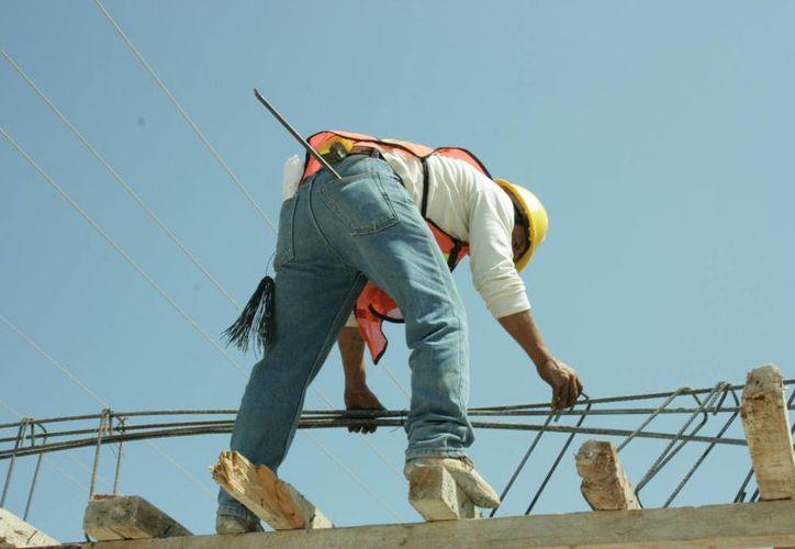 La Fesoc denuncia que además de que las empresas prefieren a los obreros de otras entidades, hay obras locales frenadas por falta de recursos.  (Adrián Monroy/SIPSE)