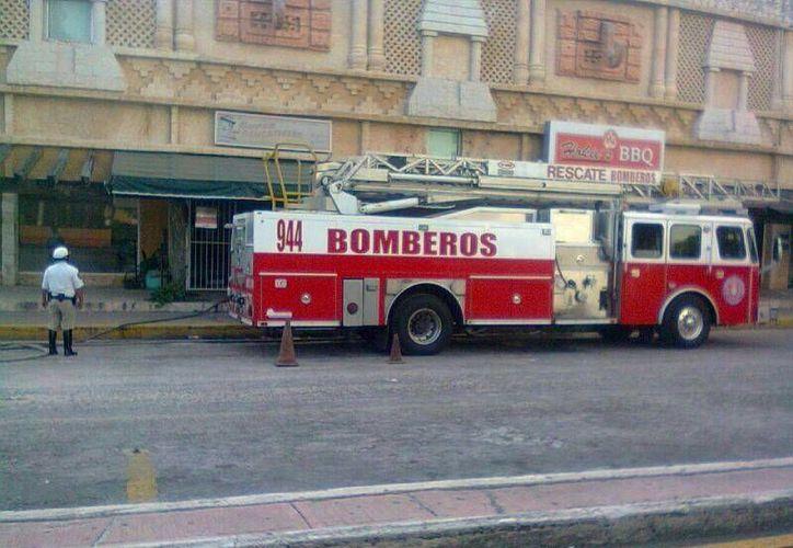 Una unidad de bomberos con cinco elementos llegó para sofocar el incendio. (Redacción/SIPSE)