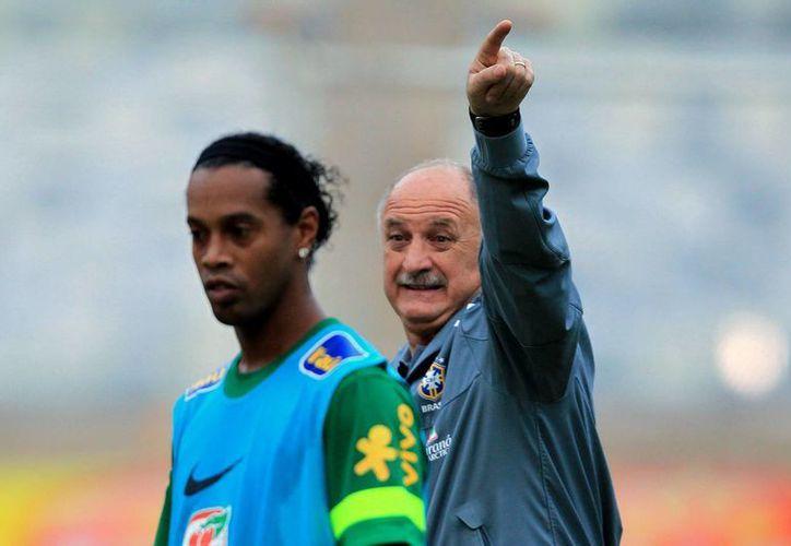 Ronaldinho estará fuera de circulación, para darle espacio a otras estrellas como Neymar. (EFE)