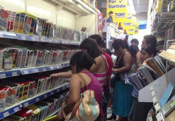 La población recurre a los 'tarjetazos' para la compra de alimentos, útiles escolares y electrodomésticos. (Harold Alcocer/SIPSE)