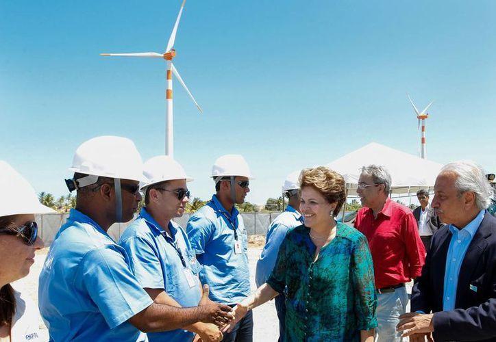 La presidenta Dilma Rousseff saluda a obreros de una planta eólica. (planalto.gov.br)
