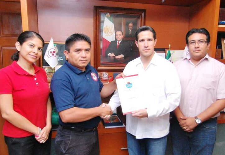 El alcalde entregó los nombramientos a los funcionarios. (Cortesía/SIPSE)