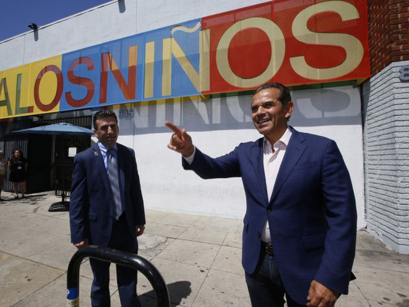 GuBERnatORial candidate antonio Villaraigosa, the former mayor of los an- geles and state assembly speaker, right, visits Para los ninos education Center, in los angeles. (AP)