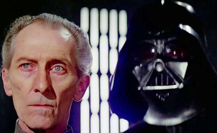 El tirano 'Grand Moff Tarkin' acompañado de 'Darth Vader', en una escena de la primera entrega de la saga cinematográfica en 1977. (Lucasfilm)