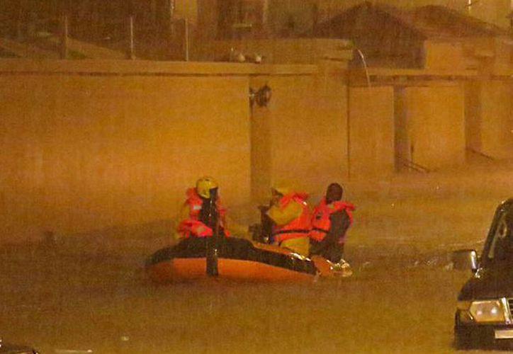 La lluvia inundó calles y cerró algunas tiendas y centros comerciales en Doha. (Agencias)