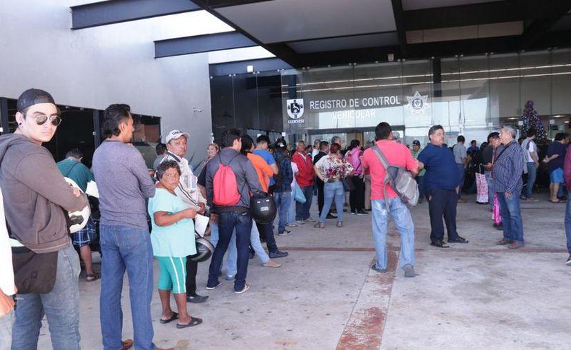 Las filas en el Centro de Servicios Yucatán están más que largas. La gente busca hacer el trámite antes de la próxima semana. (Jorge Acosta/SIPSE)