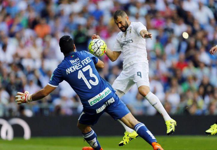 Con un gol del francés Karim Benzema, el Real Madrid derrotó por la mínima diferencia al Granada en el estadio Santiago Bernabéu, en la jornada cuatro de la Liga de España. (Fotos de AP y EFE)