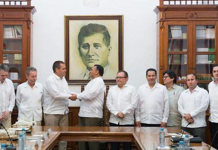 El Gobernador recibió a los empresarios alemanes en el Salón de los Retratos. (Milenio Novedades)