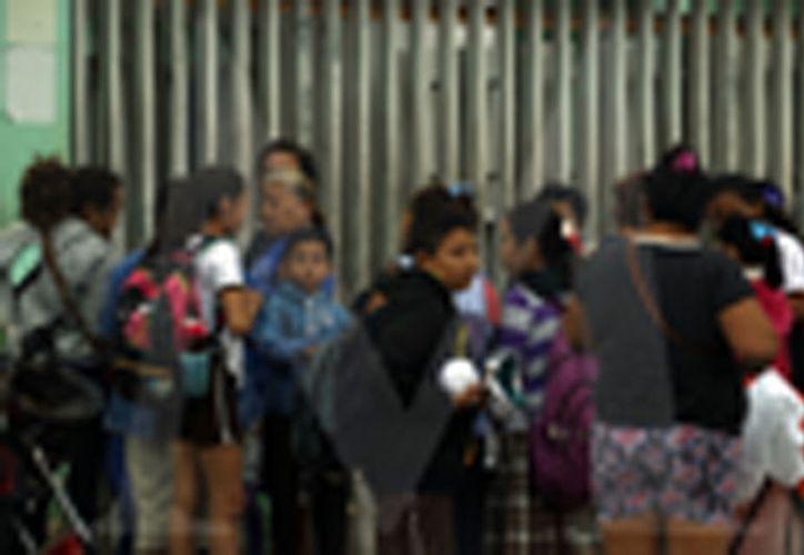 Ayer, el porcentaje de asistencia escolar se incrementó en las escuelas de nivel preescolar y primaria, luego de que se registrará cerca de un 40 por ciento de ausentismo por las lluvias y el descenso en las temperaturas ocasionadas por un frente frío.  (Foto Pepe Acosta)