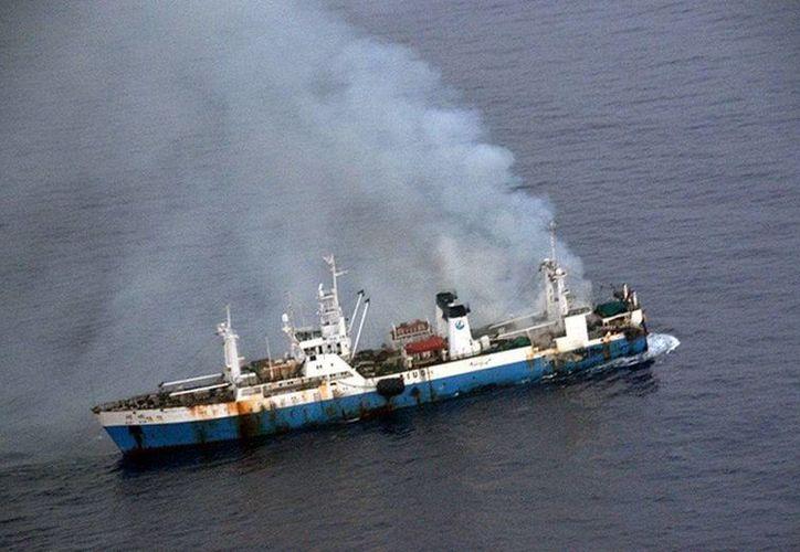 """El buque chino """"Kai Xin"""", con un incendio a bordo. (EFE)"""