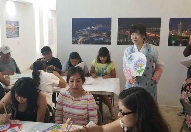 También se ofreció un taller para pintar abanicos. (Jocelyn Díaz/SIPSE)