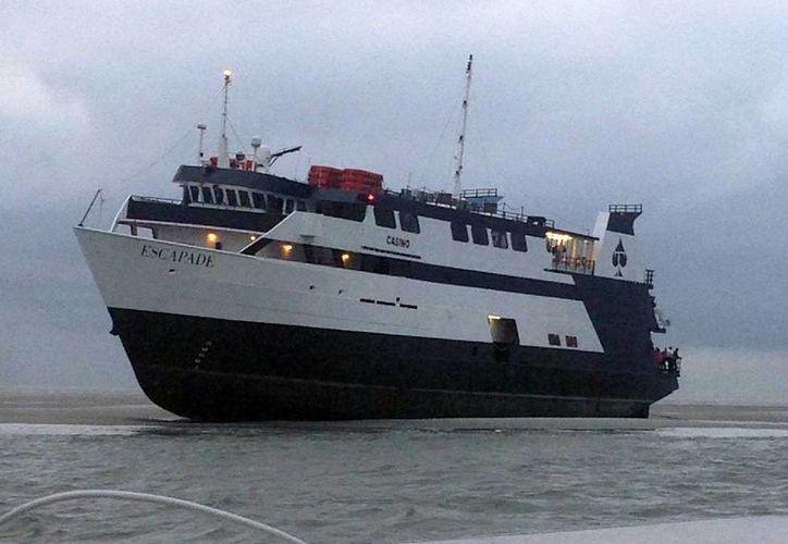 En esta foto proveída por la Guardia Costera de Estados Unidos se ve al barco casino escapade, con 123 personas a bordo, encallado frente a la costa de la Isla Tybee, en Georgia. (Agencias)