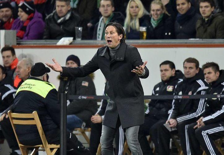 Roger Schmidt fue sancionado por conducta antideportiva, el pasado domingo contra el Borussia Dortmund. (AP)