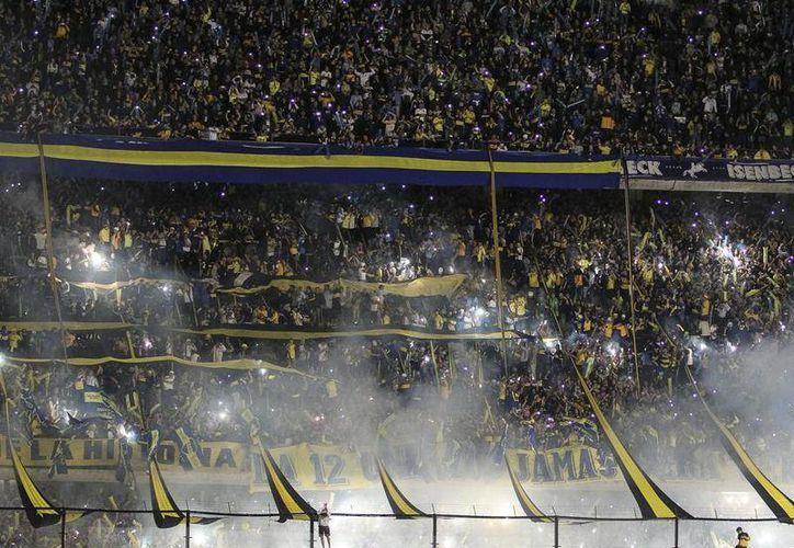Aficionados del Boca agredieron a los futbolistas del River Plate al lanzarles gas pimienta, estos actos ocasionaron la suspensión del partido y el veto del estadio. (AFP)
