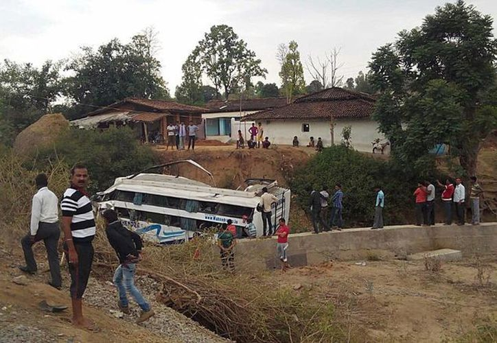 Varias personas se acercan al lugar donde se ha producido un accidente en el distrito de Balrampur en Chhattisgarh, India. (EFE)