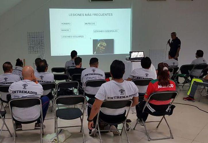 Los entrenadores asistieron a la capacitación que ofreció la Academia Conade. (Raúl Caballero/SIPSE)