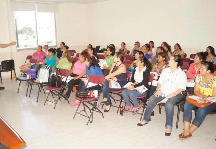 Elementos de la Cruz Roja, enviados por Sedesol, comenzaron a capacitar a personal de estancias infantiles en Yucatán. (Foto: SIPSE)