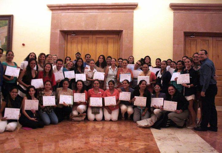 """Los participantes recibieron orgullosos su certificación """"Riviera Maya Destination Wedding Specialist"""". (Octavio Martínez/SIPSE)"""