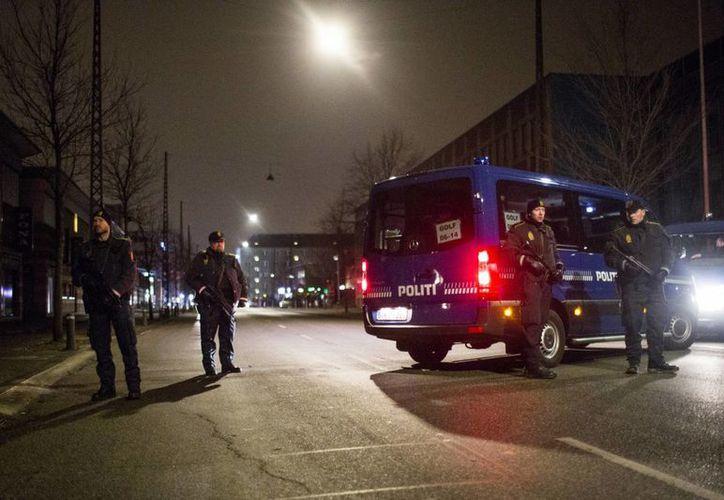 Sitio cercano a la sinagoga donde ocurrió este sábado uno de los atentados terroristas en Copenhague, Dinamarca. Al parecer el responsable ya fue abatido por la policía. (Fotos: AP)