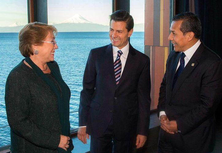 Peña Nieto aparece aquí con la presidenta de Chile, Michelle Bachelet, y el presidente del Perú, Ollanta Humala. Los tres participan en la Cumbre de la Alianza del Pacífico, evento del cual la mandataria es anfitriona. (Presidencia)