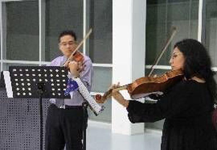Ambos artístas lograron atraer el público con sus instrumentos. (Redacción/SIPSE)