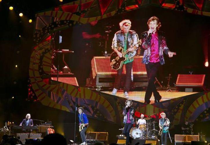 """Mick Jagger inició el concierto con un saludo al público en español: """"¡Hola Habana, buenas noches mi gente de Cuba!"""". (Imágenes de AP)"""