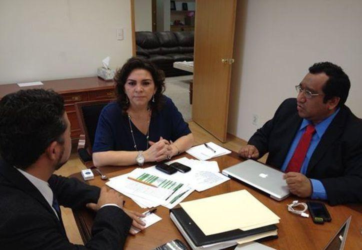 En su cuenta de Twitter, Ivonne Ortega Pacheco, publicó una fotografía en la que se le observa en una reunión de trabajo con sus colaboradores. (twitter.com/IvonneOP)