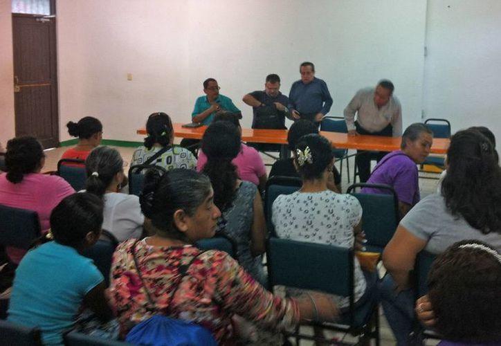 Los tutores expresaron sus inconformidades a los representantes de la Secretaría de Educación. (Jesús Tijerina/SIPSE)