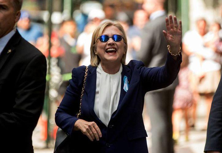 Hillary Clinton bromeó con su estado de salud y dijo que cada vez que piensa en Donald Trump 'me entra alergia'. (AP/Andrew Harnik)