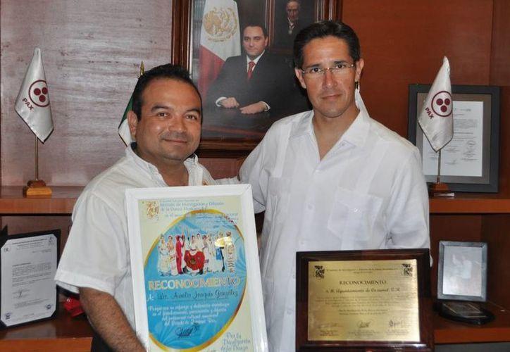 Félix Hernández Peña entregó un reconocimiento al alcalde Aurelio Joaquín. (Cortesía/SIPSE)