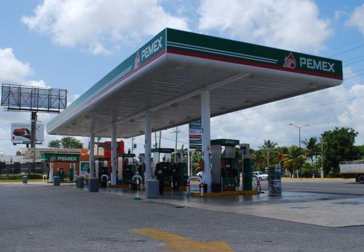 De acuerdo a la Profeco, las gasolineras no están obligadas a aceptar pago a crédito; pero tampoco pueden exigir cobro mínimo. (Internet)