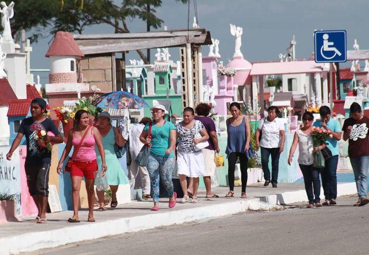 La gente acudió en masa a los cementerios de Mérida este miércoles. (Jorge Acosta/SIPSE)