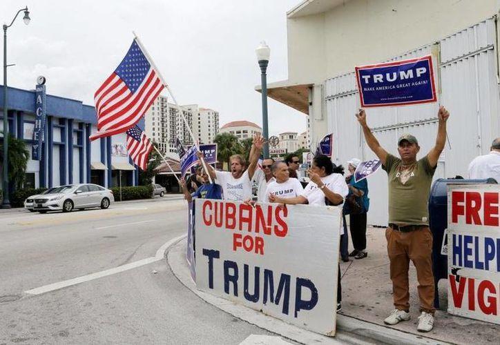 Imagen de archivo de un grupo de cubanoamericanos que apoyaron al presidente electo de EU, Donald Trump, durante su campaña. (AP)