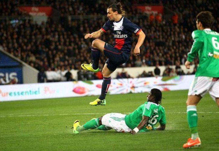 El sueco Zlatan Ibrahimovic (de azul) anotó al minuto 72 el tanto de la victoria del PSG en Copa, luego de que su equipo ligara tres derrotas. (matchdrama.com/Foto de archivo)