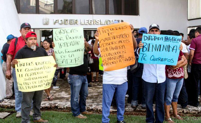 Los inconformes se manifestaron en el Congreso del Estado. (Daniel Tejada/SIPSE)