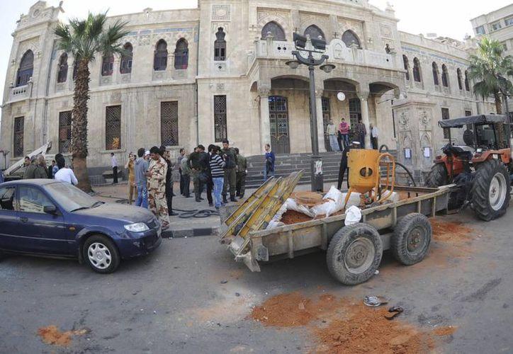 Fotografía facilitada por la agencia de noticias siria SANA que muestra el lugar donde se produjo un atentado. (EFE)