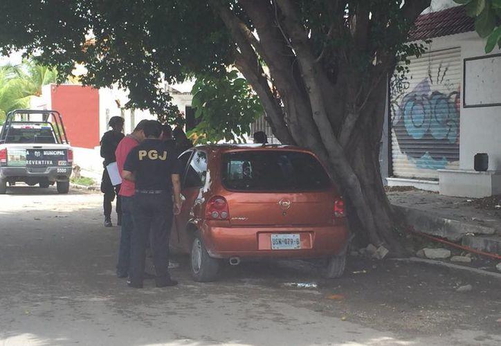 El vehículo fue abandonado frente al parque del fraccionamiento San Antonio, de la Región 93. (Eric Galindo/SIPSE)