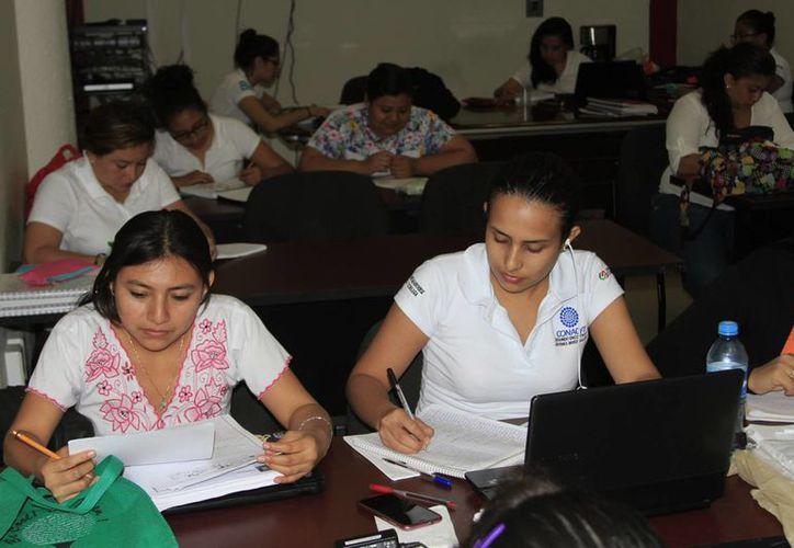 Las mujeres elegidas para ir a Canadá, están tomando un curso propedéutico. (Ángel Castilla/SIPSE)