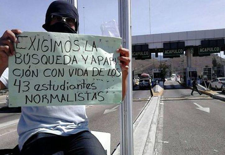 Los maestros piden la aparición con vida de los normalistas. La Autopista del Sol permanece cerrada por el bloqueo. (Rogelio Agustín Esteban/Milenio)