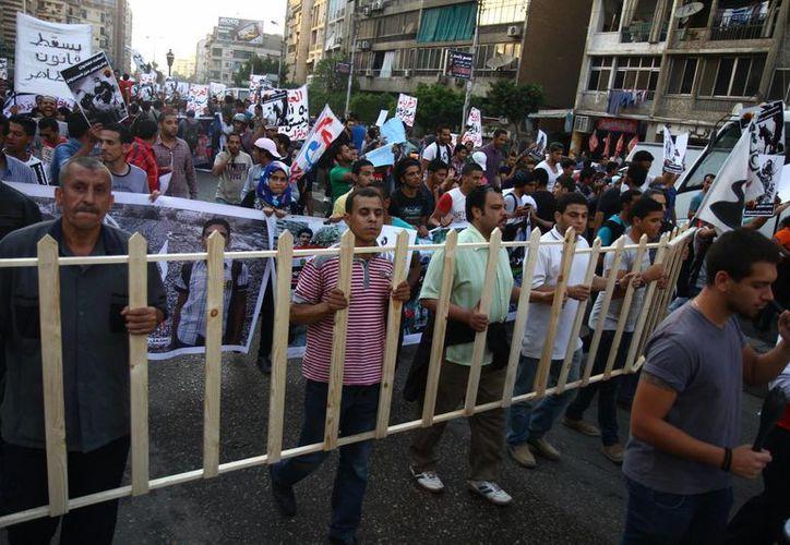Cientos de personas se apostaron frente a la corte egipcia para protestas contra los veredictos de muerte. (AP)